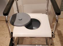 كرسي متحرك يستخدم فوق المرحاض