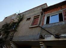 للبيع منزل يحتوي على 3غرف ووسطية ومطبخ،+سطح منشرله سور