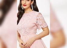 فستان وردي طويل ناعم بأكمام دانتيل قصيرة