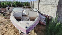 قارب يحتاج بعض الصيانة