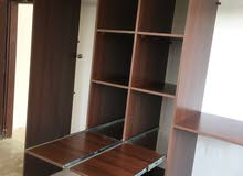 للبيع خزانتين حائط كبار مع مكتب