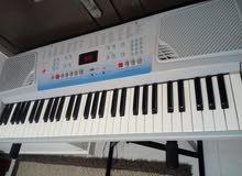 بيانو جديد بحالة ممتازة مع الحمالة..