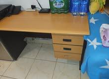 مكتب مستعمل بحالة جيدة مع دفاية . سعر الاثنين 10 دينار