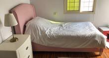 سرير من مفروشات المطلق