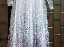 فستان سهرة لون بنفسجي مموج بتفاصيل لامعة