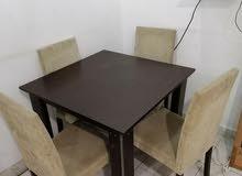 طاولة وعدد اربع كراسى