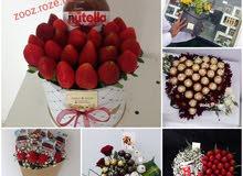 زهور مع فاكهة وحلوى