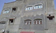 مبناء من ثلاثه طوابق ويحتوي علي 6 شقق وملحق صيفي في الفيناء الخلفي