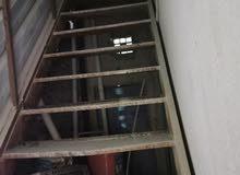 درج حديد نظيف مع سقيفه فوق الدرج وسقيفه جانبيه