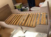 للبيع سرير طفل  من ايكيا مع فراش نخب (اول)