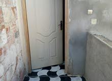 سكن فيه 2غرف في الطابق الارضي +حمام في الطابق الاول 2غرف