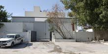 مبنى في المنطقة الصناعية شارع 10 يصلح مقر شركة أو مختبر أو مستودع للإيجار أو البيع