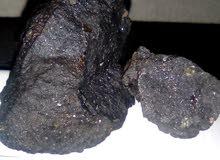 حجر نيزاكي أسود فيه بلورة لامعة