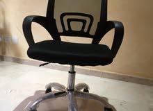 كرسي مكتبي بعجلات و مسند يدين و مسند داعم للظهر و خاصية التحكم بارتفاع الكرسي