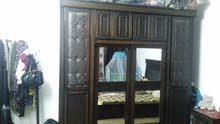 غرفت نوم مكونه من تخت وخزانه طبقين وتسريح