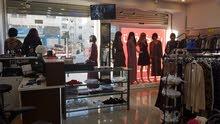 للبيع بداعي السفر معرض ملابس ستاتي بابين عرض 6m طابقين مساحة كل طابق 66متر مربع