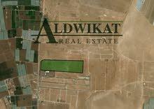ارض استثمارية للبيع تصلح لمشروع فلل متلاصقة على طريق المطار المساحة 71 دونم