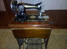 ماكينة خياطة ماركة SINGER اصلية، واثرية، وتعمل جيدا. من حديد.