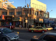 منزل مكون من طابقين / مخازن عدد (6) على الشارع الرئيسي مباشرة، و (8) مكاتب.