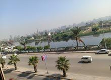 شقة للبيع علي النيل 230م بالدور الاول بشارع البحر الاعظم نصف تشطيب ومكان راقي وم