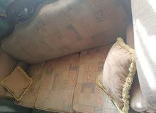 طقم كنب 7 مقاعد مع طاولة بحاله ممتازه للبيع