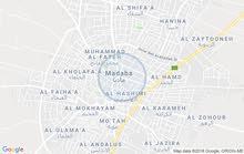 حريثين قرب مدرسة خالد بن الوليد تبعد عن الشارع الرئيسي حوالي ثلاثمائة متر
