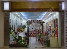 محل للزهور والمناسبات للبيع بكامل معداتة والسلع في مجمع تجاري في قطر