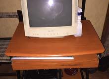 طاولة كمبيوتر نظيفه قاعده