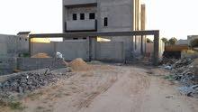 قطعة الارض مساحتها 300 متر مربع مقام عليها منزل ( سنة البناء 2014) من دورين