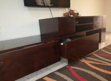 طاولة تلفزيون قابلة للتكبير والتصغير مع ادراج بحالة جيدة جدا