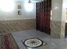 بيت طابق واحد بناء حدث يحتوي على غرفتين نوم وهول ومطبخ واستقبال وكراج ومحل خارجي