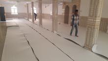فنيين ومهنيين تركيب وسرفلة السجاد.professionals installing carpets