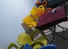 للبيع طاولات وكراسي للمهتمين بسعر مغري