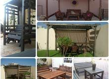 جلسات خشبية مظلة وكراسي وطاولة