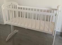 سرير أطفال خشبي جديد (مستعمل مدة 4 أشهر فقط) للبيع بسعر مغري