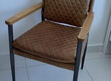لدي مكتب مع الكرسي للبيع و هو في حالته الممتازه