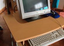 كمبيوتر مع الطاولة الخاصة به