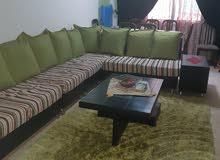 صالون زاويه 7 مقاعد بحاله ممتازه مع كسوه للتغيير والحفاظ عليه.مع طاوله كبيره