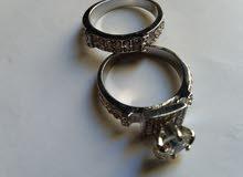 خاتم دبلة قطعتيين مرصع بي حجر كريم