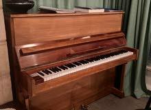 بيانو خشبي اصلي استعمال خفيف بحالة ممتازه للبيع