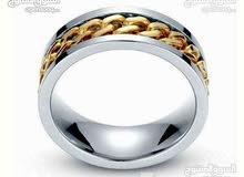 للبيع خاتم رجالي من الستانلس ستيل،  بلون ذهبي و فضي، مقاس: 12 بالمقياس الأمريكي