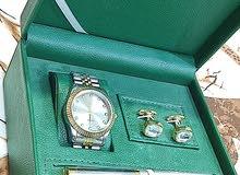 ساعة برونزي مطلية لون ذهبي مع بروشات مائية وقلم رصاصي وذهبي وزن ثقيل