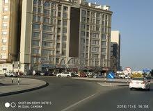 شقه في سوق الخوض بجانب دوار الموده في مكان حيوي جدا وفرص للمستثمرين