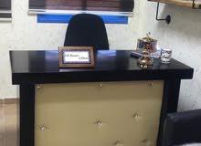 مكتب وكراسي انتظار