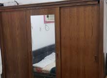 غرفة نوم من دولاب وسرير بحالة جيدة