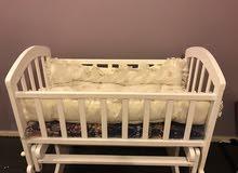 سرير أبيض خشبي نظيف