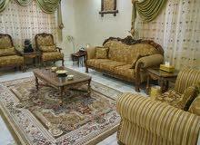 طقم ضيوف سبع مقاعد للبيع مع البرادي وطاولة وسط 250 دينار