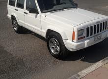 للبيع شروكي موديل 2000 نظيف بحاله جيدة ابيض ماشي 230الف سياره جاهزه للاستعمال