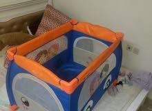 سرير اطفال للبيع ومشاية بحاله جيده