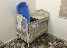 سرير طفل وحوض سمك